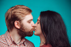 kyssande mankvinnabarn Arkivfoto
