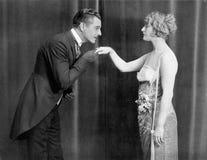 kyssande manwomans för hand arkivbild