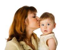 kyssande moder för dotter Arkivbild