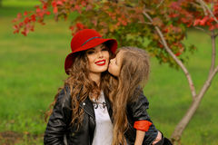 kyssande moder för dotter Familjlivsstilbegrepp Royaltyfria Foton