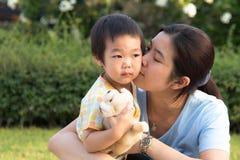 kyssande moderson Royaltyfri Foto