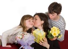 kyssande mom Royaltyfri Foto