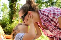 kyssande mom för dotter Royaltyfria Bilder
