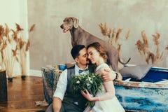 kyssande nygift personstående royaltyfria foton