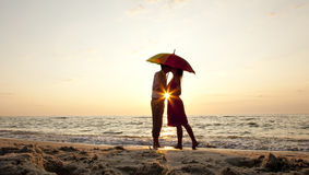kyssande paraply för par under Royaltyfri Foto
