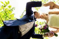 kyssande park för brudbrudgum Arkivfoton