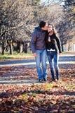 kyssande park för par royaltyfria foton