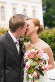 kyssande parkbröllop Royaltyfri Foto
