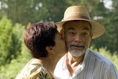 kyssande pensionär för par Royaltyfri Foto