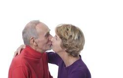 kyssande pensionär för par Royaltyfria Bilder