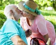 kyssande pensionär för par Royaltyfria Foton