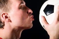 kyssande spelarefotboll för boll Royaltyfri Bild