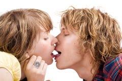 kyssande stående för par Arkivbilder