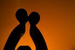 Kyssande statyett Arkivfoto