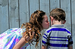 kyssande syster för broder royaltyfria foton