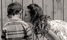 kyssande syster för broder royaltyfri fotografi