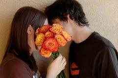 kyssande tonår royaltyfri foto