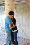 kyssande tonåringar Fotografering för Bildbyråer