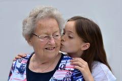 Kyssar för mormor Arkivfoto