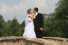 kyssbröllop arkivfoton
