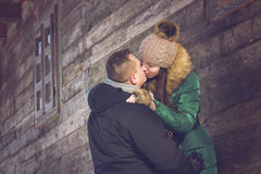 Kyssen på romantisk vinter går Arkivfoton