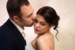 kysser den tomma brudgummen för brud lokal Arkivbild
