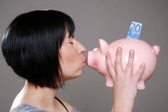 kysser piggybankkvinnan royaltyfria bilder