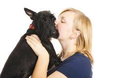 kysser valpen fotografering för bildbyråer