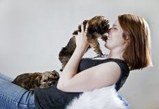 kysser valpen Arkivbilder