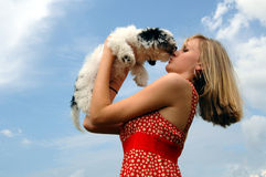 kysser valpen Royaltyfria Foton