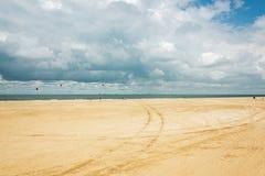 Kytesurfers en la playa de Scheveningen con en el fondo Foto de archivo libre de regalías