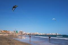 Kytesurfers en la playa del EL Medano, Tenerife, islas Canarias, España Fotografía de archivo libre de regalías