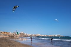 Kytesurfers na praia do EL Medano, Tenerife, Ilhas Canárias, Espanha Fotografia de Stock Royalty Free