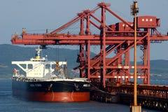 Puerto de Qingdao, terminal del mineral de hierro de China Fotografía de archivo libre de regalías