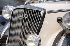 Kyuv, de OEKRAÏNE - April 21, 2019: Autounie embleem op het radiatorscherm van de retro Audi-auto stock fotografie