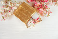 Là la boîte ouverte d'or avec les branches blanches et roses de l'arbre de châtaigne sont sur le Tableau blanc, vue supérieure to Images stock