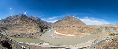 Là où le Zanskar et les fleuves Indus se réunissent dans Ladakh photo libre de droits