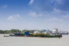 Lá dos muitos petroleiro gigante que tem esperado em Sadarghat, Chittagong, Bangladesh Imagens de Stock Royalty Free