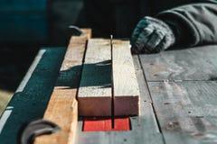 Lámina de sierra el coche asierra la madera hay una pizarra en el fondo Mano de trabajo fotografía de archivo libre de regalías