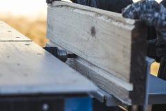 Lámina de sierra el coche asierra la madera hay una pizarra en el fondo Mano de trabajo imagen de archivo libre de regalías