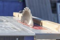 Lámina de sierra la máquina está lista para trabajar hay una pizarra en el fondo fotos de archivo libres de regalías