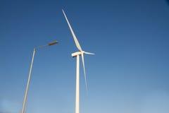 Láminas de turbina de viento y luz de calle Fotos de archivo libres de regalías