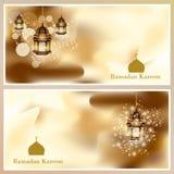 Lámpara árabe del oro de la tarjeta de felicitación de Ramadan Kareem que brilla intensamente - traducción de texto Fotos de archivo