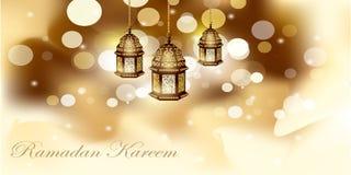 Lámpara árabe del oro de la tarjeta de felicitación de Ramadan Kareem que brilla intensamente - traducción de texto Fotografía de archivo