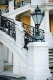 Lámpara adornada y escalera exterior con curvar el metal negro Raili Fotografía de archivo