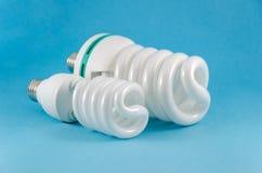 Lámpara ahorro de energía del eco en fondo azul Foto de archivo