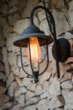 Lámpara al aire libre del vintage en el hogar de la pared de piedra Fotos de archivo libres de regalías