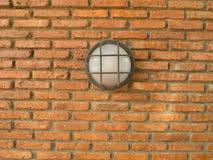 Lámpara al aire libre en un fondo de la pared de ladrillo Foto de archivo