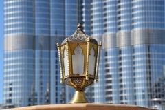 Lámpara al lado del edificio más alto del mundo Imágenes de archivo libres de regalías