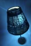 Lámpara azul de la vela con el fondo azul Imagenes de archivo